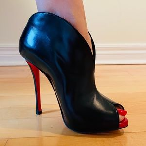 Christian Louboutin Chester Fille Peep-Toe Bootie